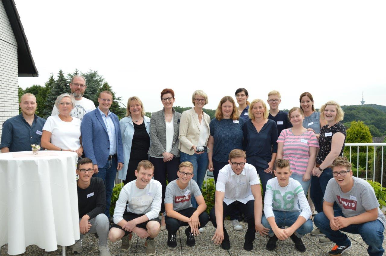 Die Bundestagsabgeordnete Anja Karliczek (CDU) besucht die Jungen und Mädchen einer Wohngruppe des Landschaftsverbandes Westfalen-Lippe.